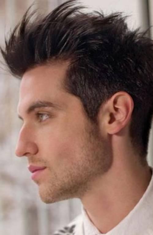 Model Rambut Spike Pria dengan Bentuk Garis Rahang Tegas