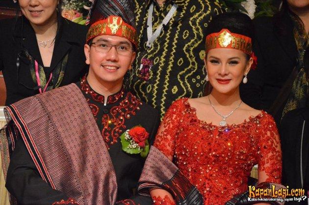 Model Kebaya Pengantin Modern adat Batak oleh Artis Indonesia