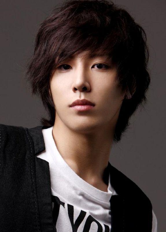 Model Rambut Pria Korea Panjang dan Lurus