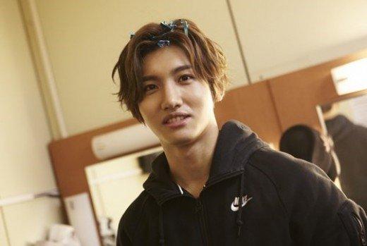 Model Rambut Pria Korea dengan Gaya Belah Tengah